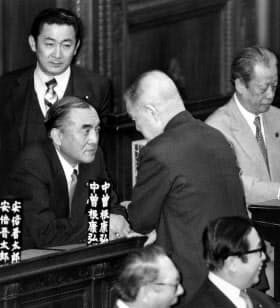 中曽根首相(左)と金丸幹事長=毎日新聞社提供