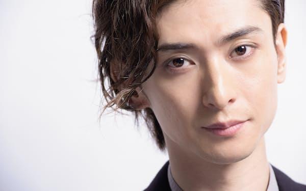 1987年生まれ、長野県出身。2007年俳優デビュー。ミュージカル『テニスの王子様』(07年)不二周助役で初舞台。アーティストとしても活動しており、12月25日にはデビュー10周年記念ライブを中野サンプラザで行う予定だ。