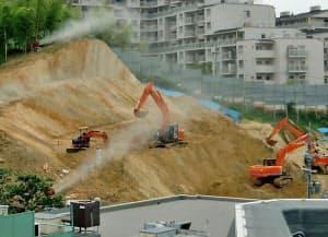 マンションの建設現場。丘陵地を切り土した斜面に、縦じま模様の地層が見える(写真:住民提供)