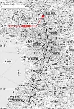 上町断層帯の活断層の位置とマンションの建設地。地震調査委員会の資料に日経アーキテクチュアが加筆した