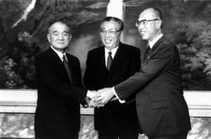 金日成(中央)と会談する金丸信(左)。右は田辺社会党委員長=毎日新聞社提供