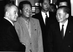入院中の小沢一郎(中央)を見舞った金丸信(左)と竹下登(右)=毎日新聞社提供