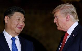 貿易戦争が泥沼化するなか、トランプ大統領(右)と習主席は11月のAPECやG20で首脳会談の可能性を探るが…(写真は2017年4月)=ロイター