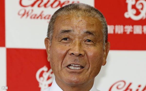 記者会見で監督退任を発表する智弁和歌山の高嶋仁監督(25日午前、和歌山市)=共同