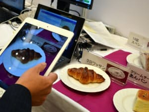 日立ソリューションズが開発した画像認識システムのデモ。タブレットでパンの写真を撮影すると、商品を自動判別する