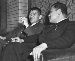 広川民自党幹事長(右)と協議する保利民主党幹事長=朝日新聞社提供
