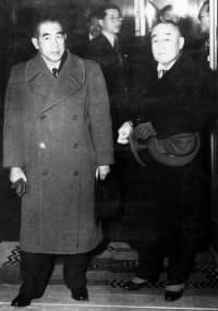 吉田首相(右)と犬養民主党総裁=毎日新聞社提供
