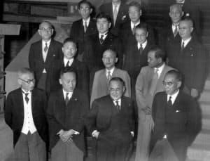 第3次吉田内閣に労相として入閣した保利茂(3列目中央)=毎日新聞社提供