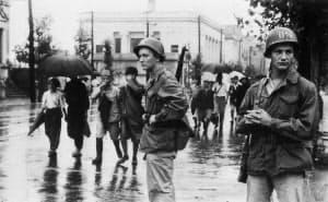 銃を携えて街頭を警備する進駐軍(1951年)=毎日新聞社提供