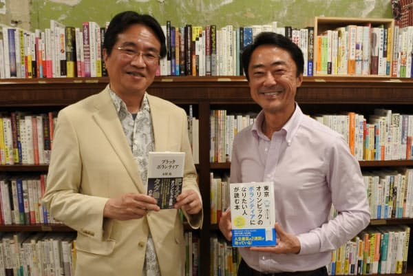対談終了後の西川千春氏(右)と本間龍氏(9月17日、東京都世田谷区)