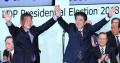 自民党総裁に選出され、石破元幹事長と手を取り合う安倍首相(20日午後、党本部)