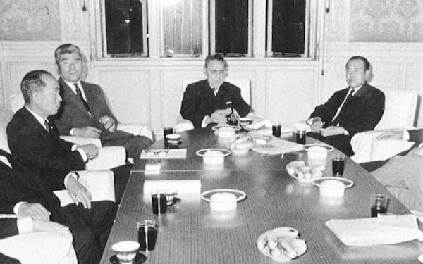 佐藤政権の中枢。左から福田蔵相、保利官房長官、川島副総裁、田中幹事長