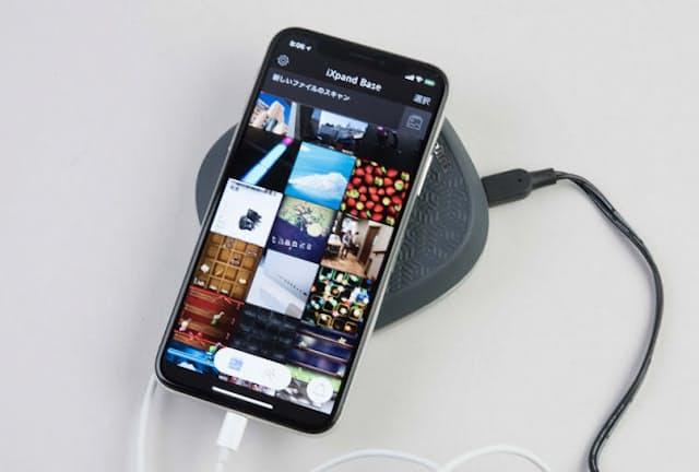 「iXpand Base」は充電しながらiPhone内のデータをバックアップできる