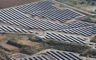 需給バランスが崩れ停電が起きるのを防ぐ(熊本県内の太陽光パネル)