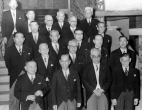 岸内閣に通産大臣として初入閣した前尾繁三郎(4列目左)=朝日新聞社提供