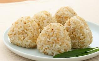 「発芽玄米ごはんの塩おにぎり」(各80g、5個入り。税込み490円。以下、価格は全て税込み)