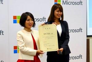 日本マイクロソフトの三上智子業務執行役員Microsoft 365ビジネス本部長(左)と、「中小企業お助け隊」の公式アンバサダーに就任したタレントの稲村亜美さん