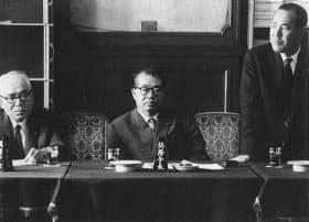前尾幹事長(中央)。右は田中政調会長、左は赤城総務会長