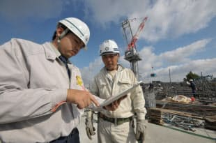 大成建設は、大成建設は、工事現場に米アップルのタブレット端末「iPad」を導入。4カ所の中規模現場で「フィールドパッド」を使った業務効率化や省力化を試行している(写真:日経アーキテクチュア)