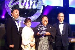 2017年のIWCのSAKE部門で「チャンピオンサケ」を獲得した南部美人の久慈浩介氏(右から2人目)