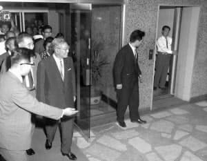 築地のがんセンターに入院する池田首相=朝日新聞社提供