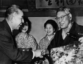 池田前首相の退院を祝う佐藤首相(左)=毎日新聞社提供