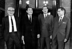 総務会長に就任した前尾繁三郎。右は川島副総裁、左は田中幹事長。その左は赤城政調会長=毎日新聞社提供