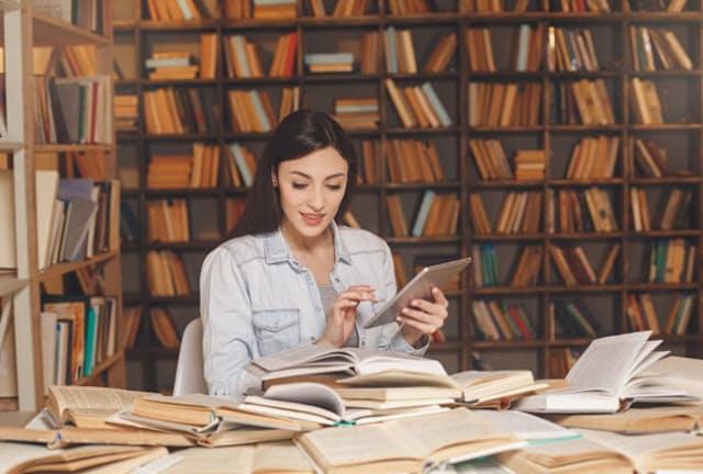 勉強に取り組んでいる女性が急増している(写真はイメージ=PIXTA)