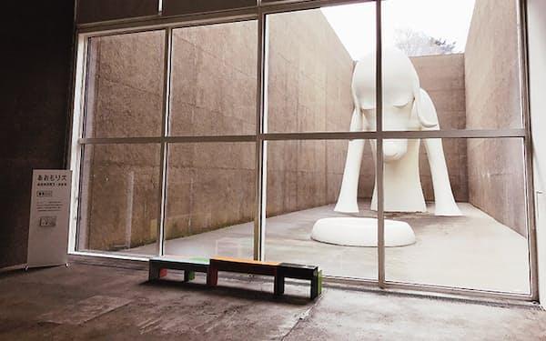 2006年に開業し、現代美術家・奈良美智をはじめ、棟方志功、寺山修司といった青森にゆかりのある作家の作品を中心に展示。写真は8.5メートルのオブジェ「あおもり犬」
