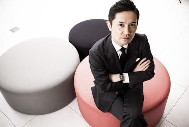 着用のスーツは「HIDEAKI SATO」 ヴィターレ・バルベリス・カノニコ社のウールキャバルリーツイル生地を用いたメイド トゥ メジャー。3ピーススーツ27万3000円~〈オーダー価格、納期5週間~〉/ヒデアキサトウ(日本橋三越本店) 着用の時計は「GRAND SEIKO」エレガンスコレクション「SBGJ219」。70万円(セイコーウオッチお客様相談室) シャツ3万5000円~〈オーダー価格、納期約2ヶ月〉/ミナミシャツ(日本橋三越本店) 他のコーディネートは本人私物