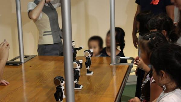 「ロボホン」が手話を通訳 銀行窓口などで会話支援へ