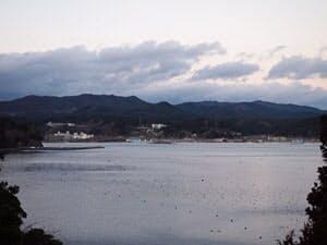 南三陸ホテル観洋の対岸には、いまだ瓦礫の山が広がる