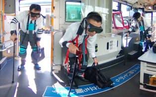 高齢者疑似体験の研修を受ける近鉄バスの運転手たち(大阪府摂津市)