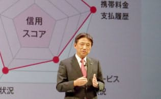 会見で「ドコモレンディングプラットフォーム」について熱弁を振るうNTTドコモの吉沢和弘社長