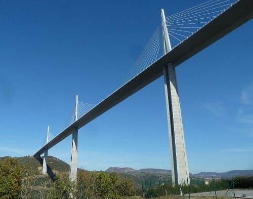 コンセッション方式で建設されたフランスのミヨー高架橋。橋のデザインは、英国のミレニアムブリッジなどを設計した同国の建築家、ノーマン・フォスター氏が手掛けた(写真:日経コンストラクション)