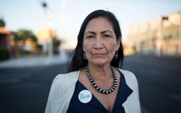 国道66号線に立つデブ・ハーランド氏。選挙事務所のあるニューメキシコ州アルバカーキ、ノブヒル地区で撮影。ハーランド氏は約65人の先住民女性とともに、2018年の中間選挙に出馬。連邦議会初の先住民女性議員の一人となった(PHOTOGRAPH BY DANIELLA ZALCMAN, NATIONAL GEOGRAPHIC)