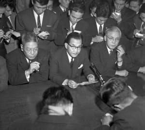 辞任を表明する(左から)池田国務相、三木経企庁長官、灘尾文相の3閣僚=朝日新聞社提供