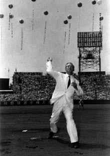 甲子園球場の高校野球大会で始球式をする灘尾文相=朝日新聞社提供