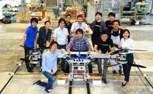 試作中のスカイドライブと、開発メンバー。前列右から2人目が福沢氏(提供:SkyDrive)