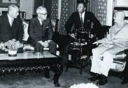 蒋介石総統(右)と会談する灘尾弘吉(左から2番目)