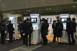 昨年12月の大阪の就活生向けイベントで、KDDIはブースにスマートフォンを展示した