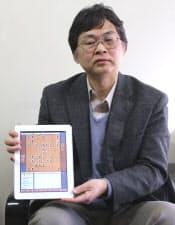 iPad版の「柿木将棋」を持つ柿木義一氏
