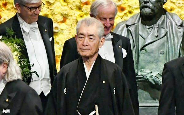 ノーベル賞授賞式会場に入る本庶佑・京都大特別教授(10日、ストックホルムのコンサートホール)=共同