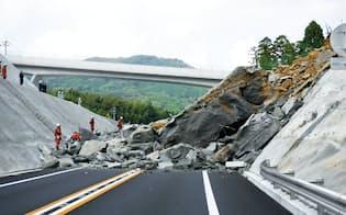 崩壊した法面。事故直後は車が巻き込まれた可能性があったので、レスキュー隊が捜索に当たった(写真:国土交通省佐賀国道事務所)