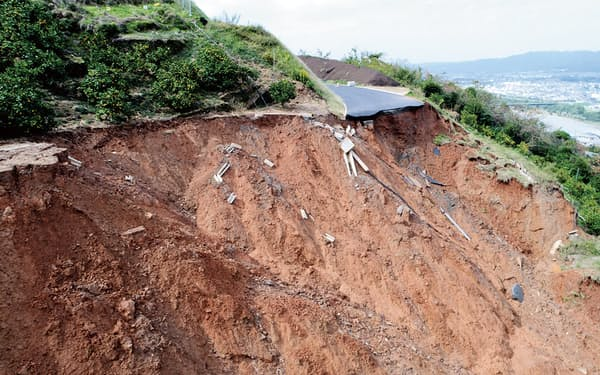 斜面上に盛り土で造成した農道が豪雨で崩れ落ちた。崩壊2日後の17年10月24日撮影(写真:和歌山県)