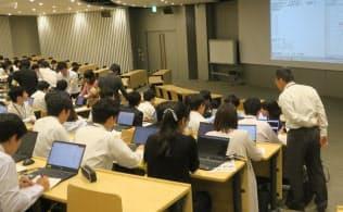 「ダイキン情報技術大学」の授業風景。100人の生徒全員が名札を着け、腕章をしている