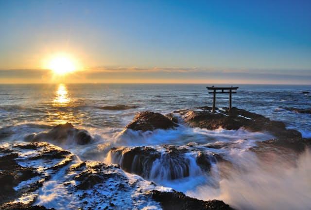 茨城・大洗磯前神社の「神磯の鳥居」と昇る朝日(写真:茨城県観光物産協会)