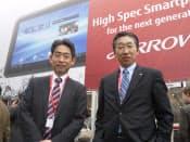 MWCに出展した富士通の大谷信雄執行役員常務(右)と高田克美モバイルフォン事業本部長
