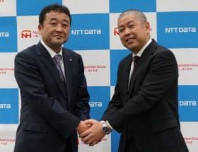 日本ハム中央研究所の村上博所長(左)とNTTデータ製造ITイノベーション事業本部の杉山洋第四製造事業部長(右)