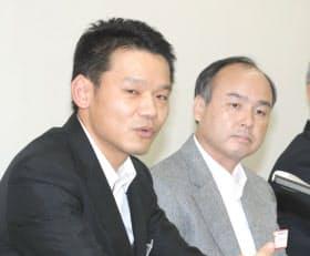 記者会見する(左から)ヤフー次期社長の宮坂学氏、会長の孫正義氏(1日、東証)